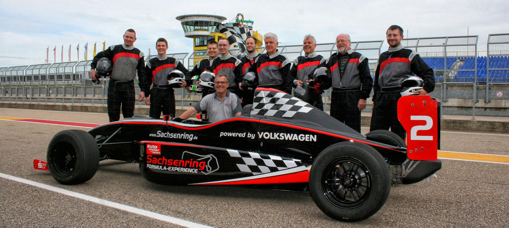 Das RSVC-Team auf dem Sachsenring mit den Formel ADAC Masters-Rennwagen und Ruben Zeltner, Geschäftsführer Sachsenring & mehrfacher deutscher Rallymeister